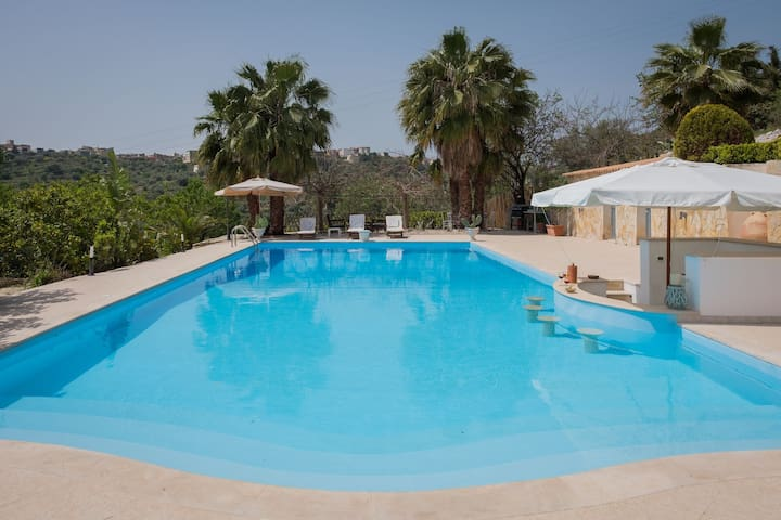 Beautiful pool 16 x 7 m and only 2 km from Noto