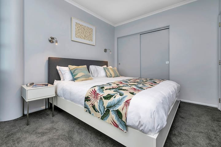 King size bed and a large wardrobe to store your clothes and suitcases. Tastefully decorated in relaxing muted tones with splashes of colour. You want to curl up in this large bed and never leave. Hotel standard linens to luxuriate in.