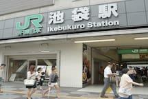 池袋站每日使用乘客数字有300万人,仅次于新宿站是世界第二繁忙的铁路车站