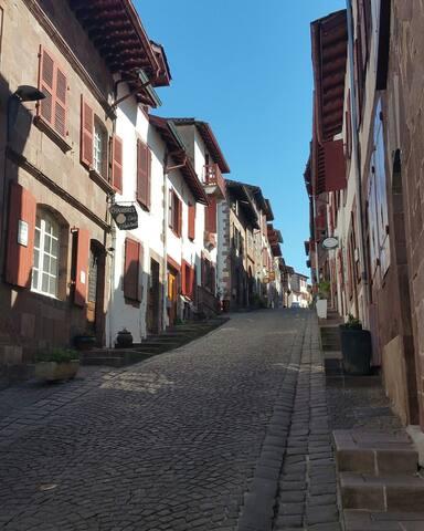 ESTEBAN ETXEA dans la rue piétonne