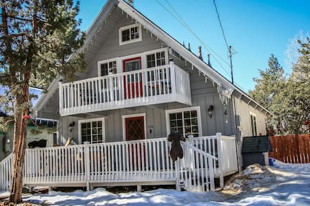 Adorable Mountain Retreat~Relaxed Living Room~Wood Stove~Fenced Yard/Pets~WiFi~ - Sugarloaf
