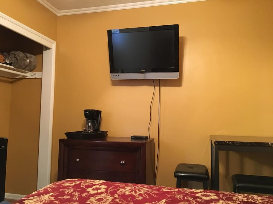 Coffee maker, DirecTV, desk and WiFi available