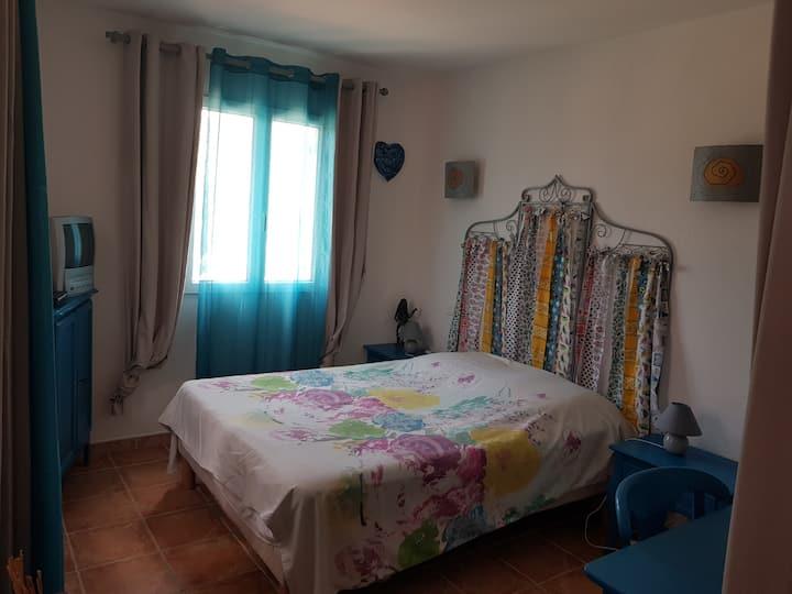 1 chambre lit double SDB privée chez l' habitant