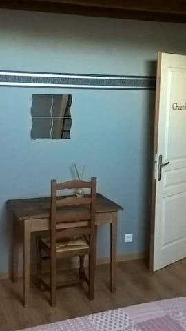 chambre privée avec mezzanine dans village calme