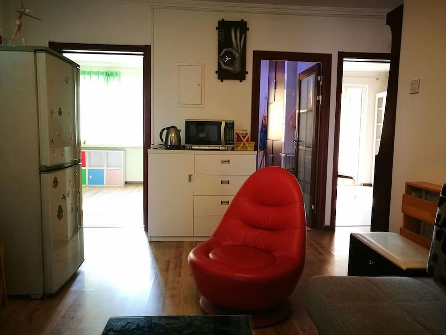 起居室可看到两个次卧和厨房