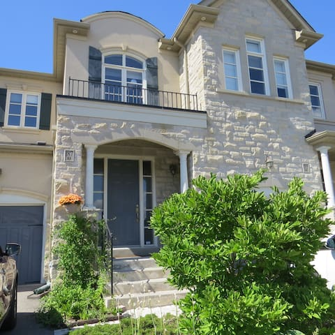 Private Bsmt. Apartment with free parking - Vaughan - Casa