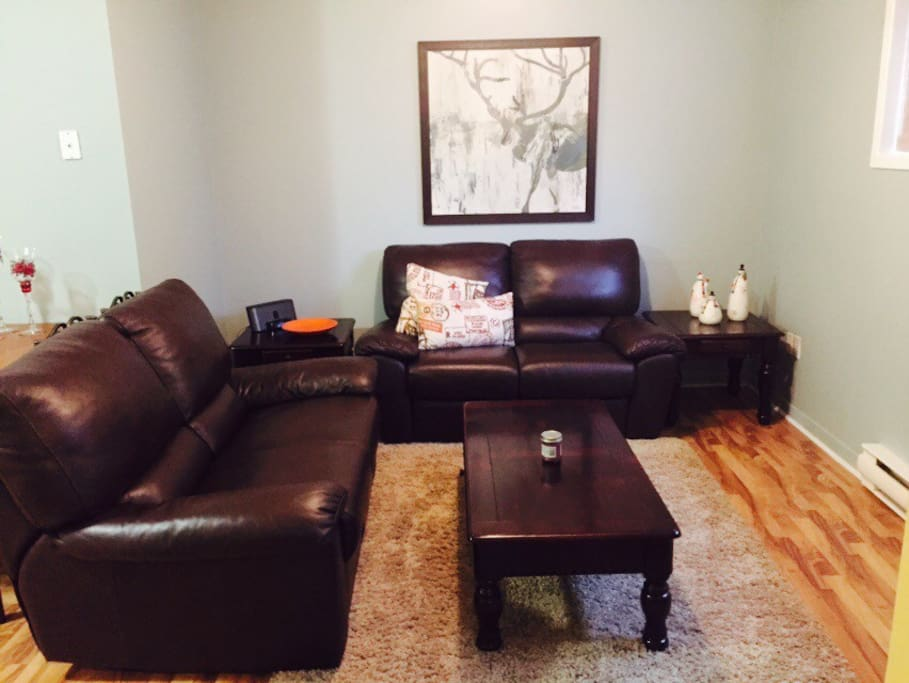 living room has top grade leather couches that recline,  and is tastefully decorated