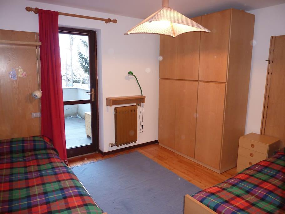 Camera da letto con 2-3 letti, porta finestra sul terrazzo. bed room with 2-3 beds french window overlooking  the terrace