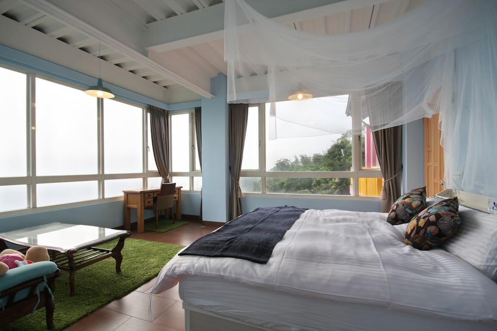房內可欣賞180°美景。舒適的席夢思加大床~