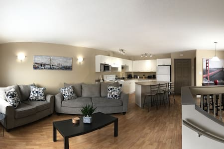 Bridge House - Private Townhome in the Heart of GP