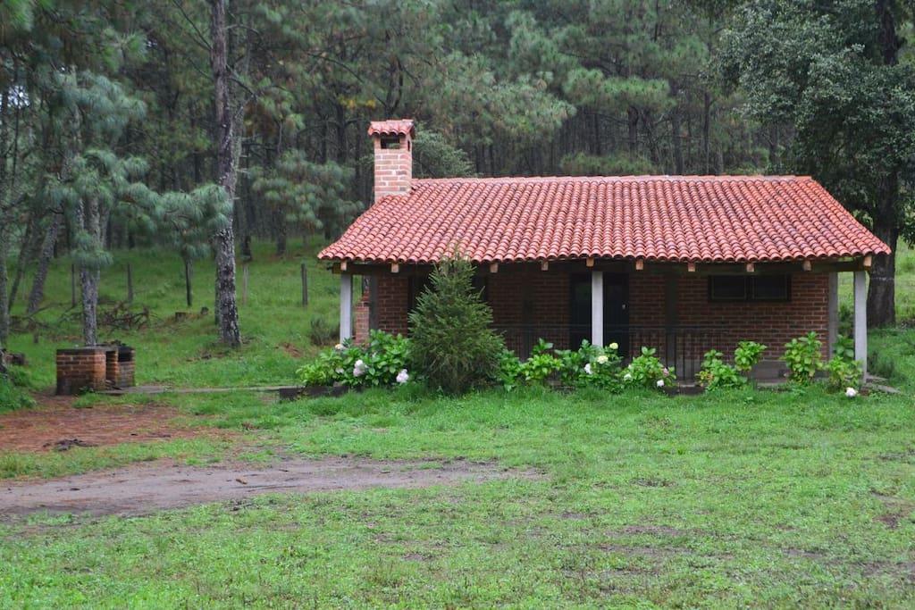 Cabaña con terraza y asador