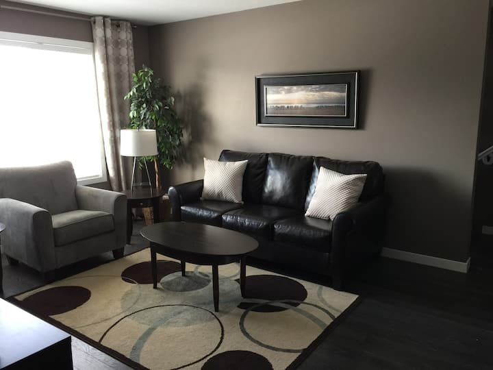 Spacious and Bright 2 Bedroom. Location!!!