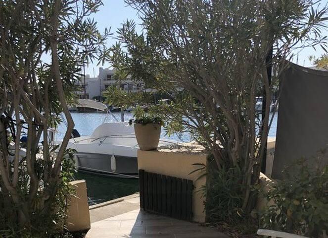 Vue de la terrasse, sur le port.