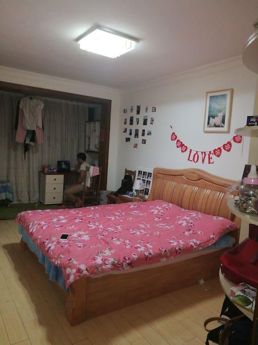 主卧 面积 约 30平米 一天 100元 后面有6平左右的小房间 一天 70元 大小可选