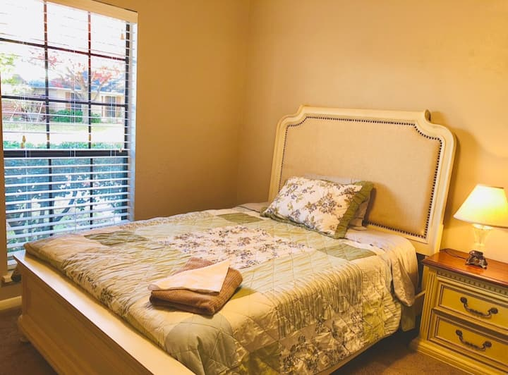 Cute & comfy private bedroom - Great Location!
