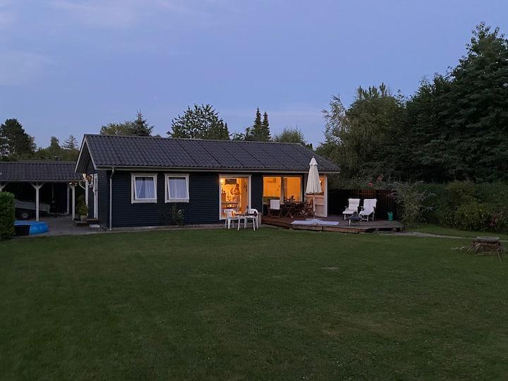 Hyggeligt sommerhus i 1. række til Grønsund