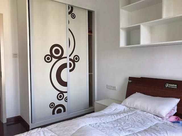 这里是你的房间,有个超大的衣柜。传单被罩因为要每天换,这里就不展示了