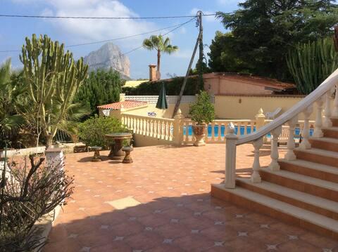 Studio au rez-de-jardin d'une villa avec piscine.