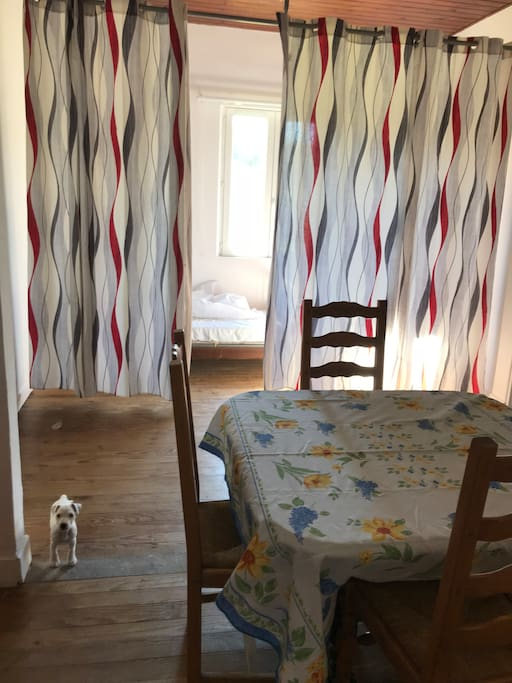 il y a un lit simple dans la même pièce