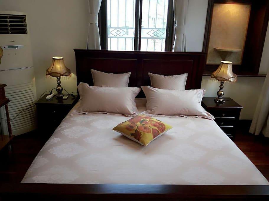 房间主卧舒适的1.8米大床
