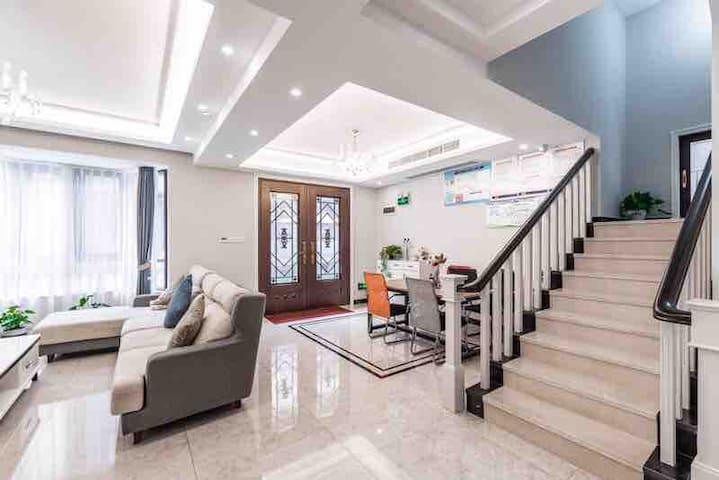 客厅跟楼梯
