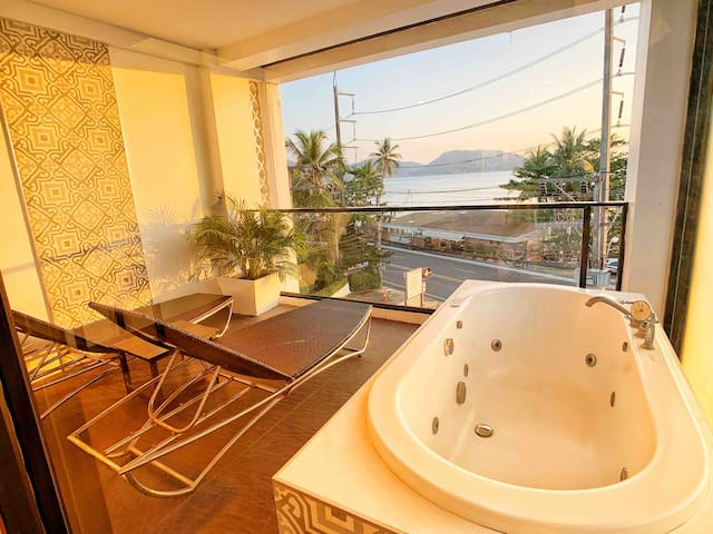 Patong Beach vintage Seaview room ,bathtub balcony