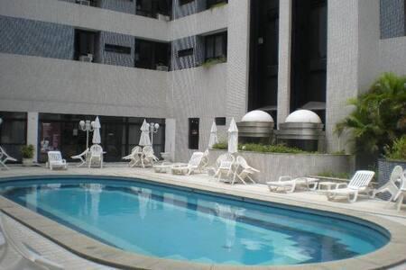 Lindo flat ao lado do mar de Ondina com piscina
