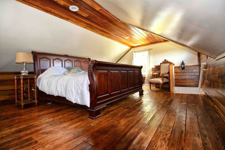 Furnace Mountain Cottage Rental. King Bed