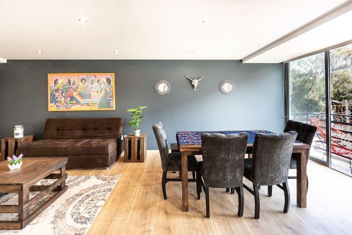 Aquí apreciamos los espacios de las áreas de estar y el balcón. Vemos sus colores y diseño.   Here we appreciate the colors and design of our place. You can see the common areas; living room, dining room and the balcony.
