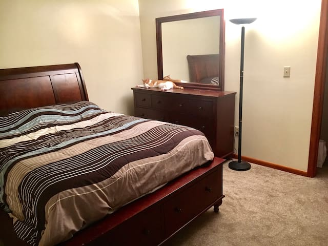 Clean and Simple Room by Shortpump! - Glen Allen - House