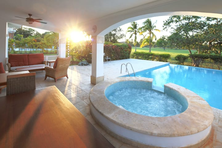 Exquisite Private Pool Villa in Cocotal