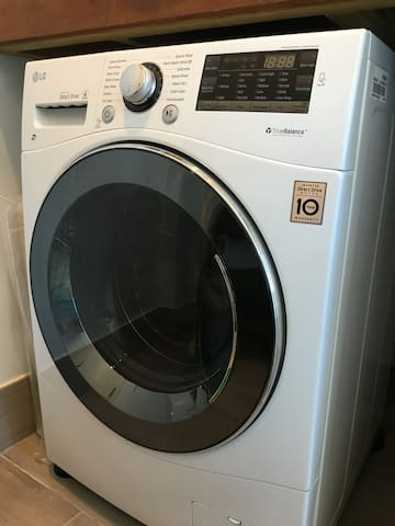 washer / dryer available