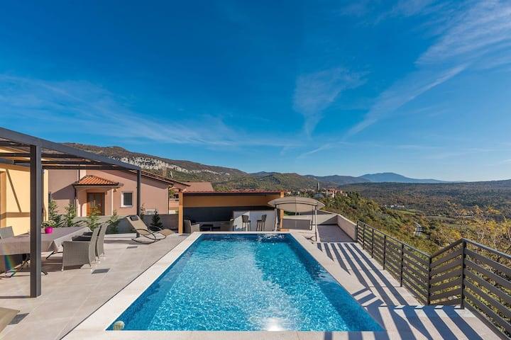 Maison moderne avec piscine privée et vue magnifique sur l'Istrie verte