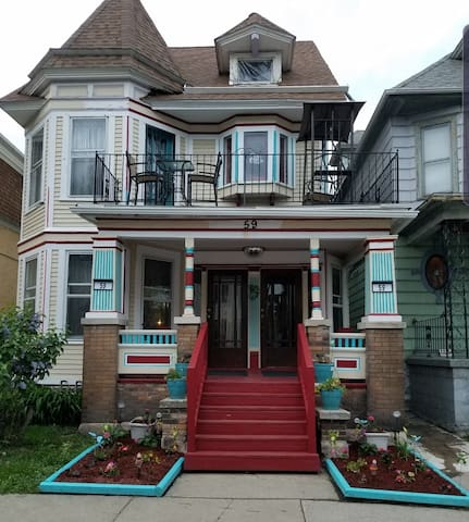 Huge 4-bdrm apartment in Historic Victorian House