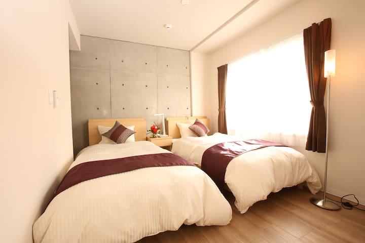 There are 3 rooms that each room come with 4 single beds/ 这有3间房间那每个房间具有4张单人床。
