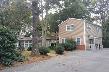 Treehouse on Westridge, Bedroom, Bath, Deck/Patio - Greensboro - Casa de huéspedes