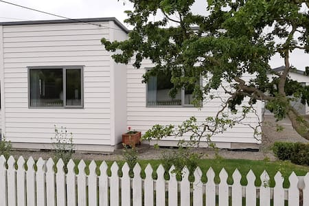 Cosy Three Bedroom Cottage in Great Location