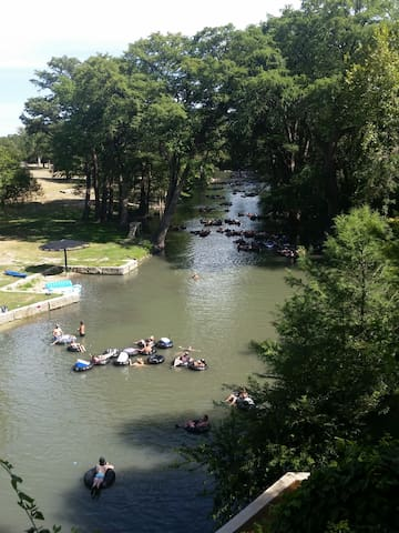 ON River, HOT TUB, kayaks, 5 min to Gruene hall