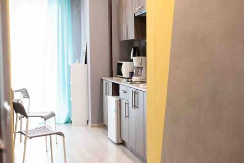 Udoban apartman sa panoramskim prozorima i balkonom
