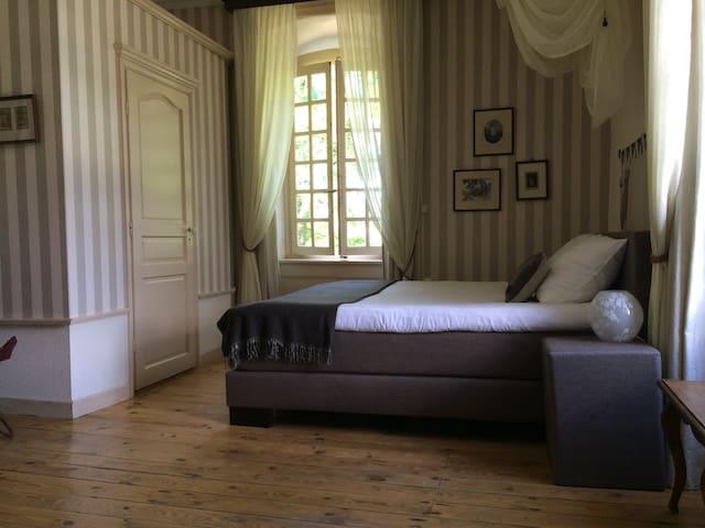 Chambre du Général - ruime lichte kamer - Dore-l'Église - Bed & Breakfast