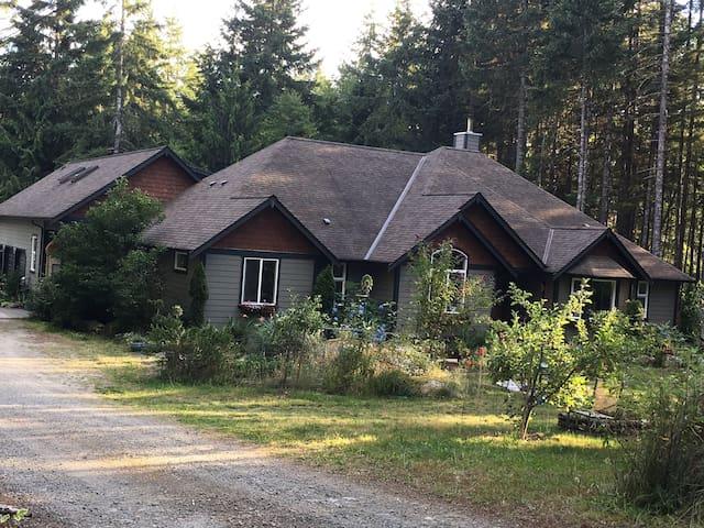 VANCOUVER ISLAND / SHAWNIGAN LAKE/COWINCHAN VALLEY - Shawnigan Lake - Hus