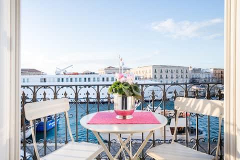 Elegante e tranquillo loft in Ortigia.Un incantevole balcone sul mare e due bici