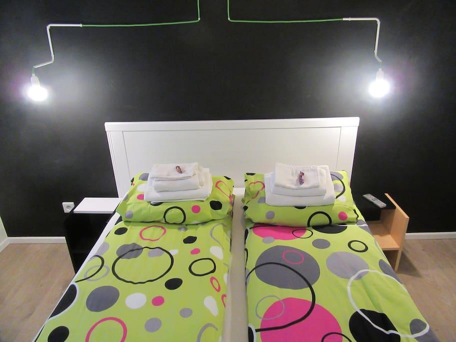 Podwójne łóżko w sypialni