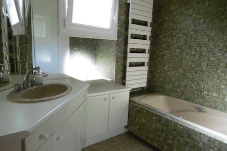 Chambre privée + salle de bains - Oyonnax - Bed & Breakfast
