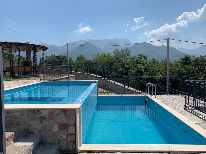 Дом в Черногории с бассейном