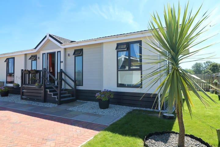 SPACIOUS HOLIDAY LODGE St Merryn