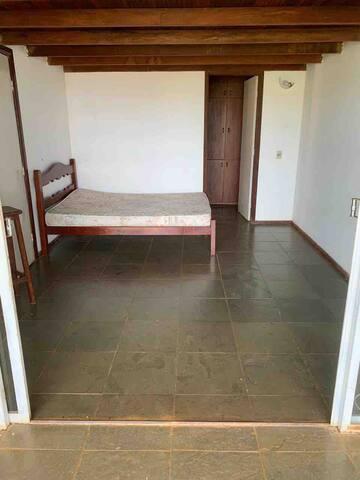 Suíte 3 com uma cama de casal e varanda