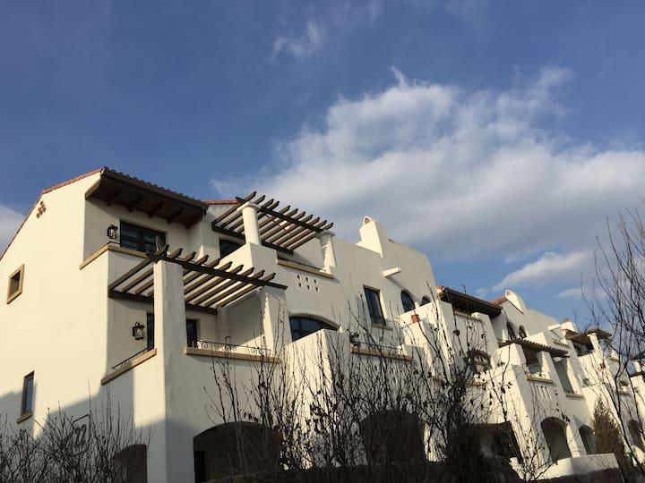 北戴河阿那亚白色地中海式洋房,黄金海岸,顶层坡屋顶双露台,免费参观孤独图书馆阿那亚礼堂。阿那亚社区内