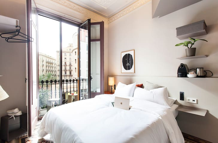 Single room, private bathroom, Placa Catalunya