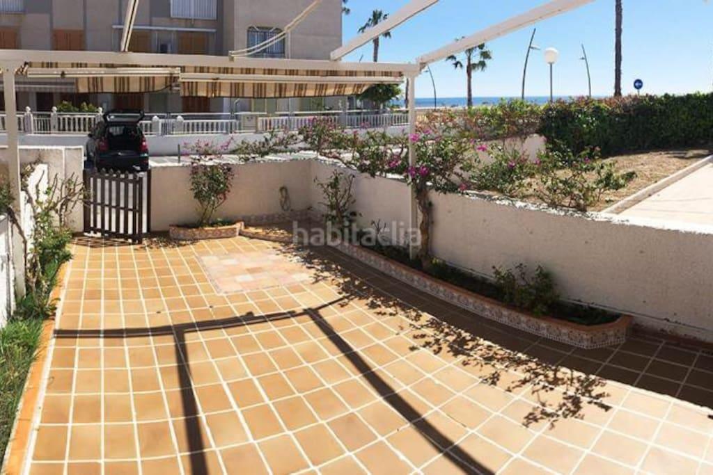 Terraza del apartamento. Se ve la playa y el mar